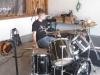 Flori baut sein Drumkit auf